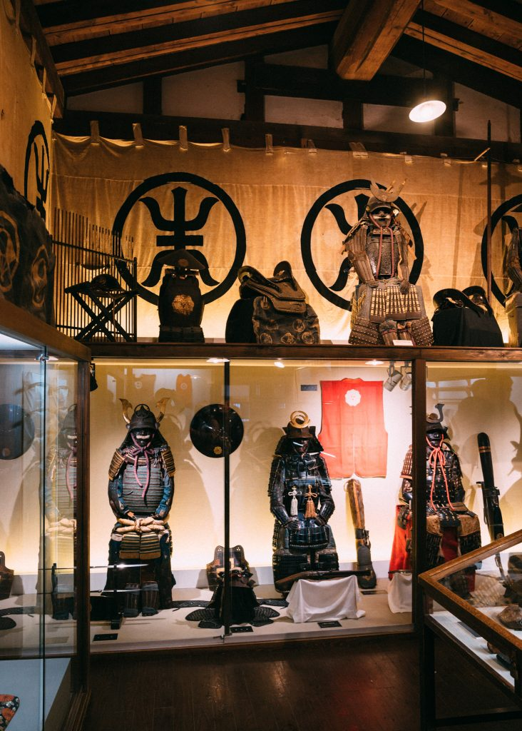 Una gran multitud de objetos bélicos en Kakunodate