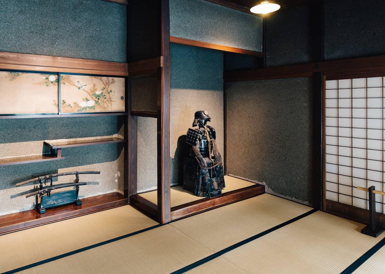 Una armadura samurai en la residencia Aoyagi