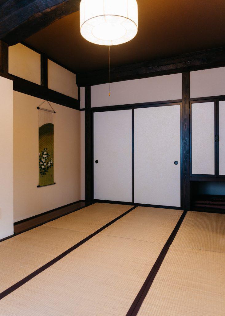 Una habitación con tatami en una granja japonesa