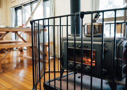 Madera quemando en la estufa al hostal Yodel, Tazawako, Semboku, Akita, Tohoku, Japón.