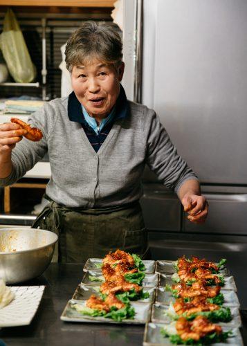 Haciendo la cena al hostal Yodel, Akita, Tohoku, Japón.