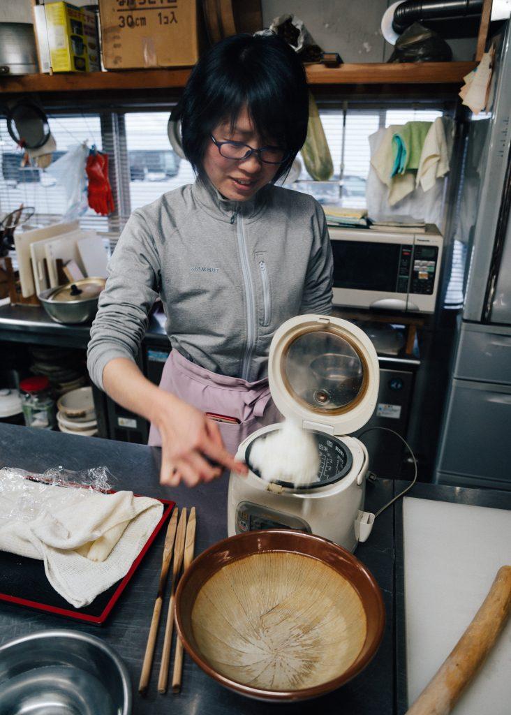 Sacando el arroz de la arrozera