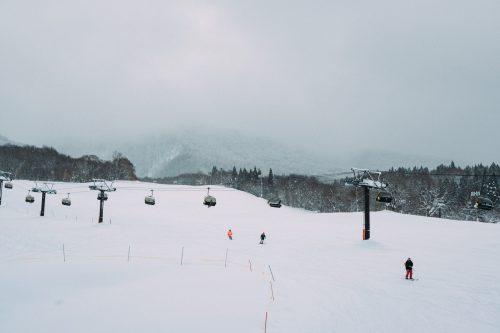 Pistas de esquí medio vacías al Tazawako Ski Resort, Akita, Tohoku, Japón.