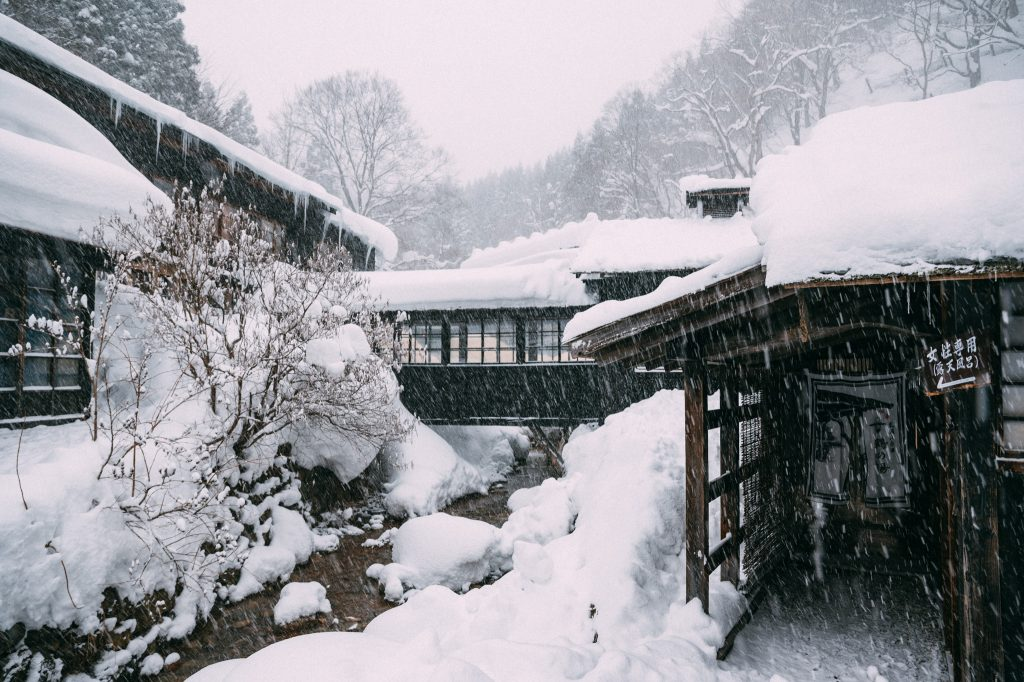 Una imagen exterior del onsen de Akita