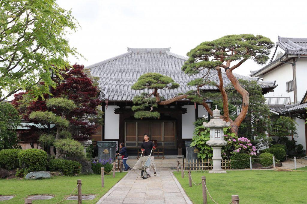 Un templo con un trabajador