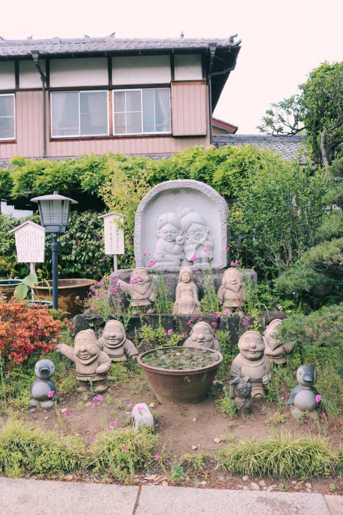 Un templo con estatuas de enanitos