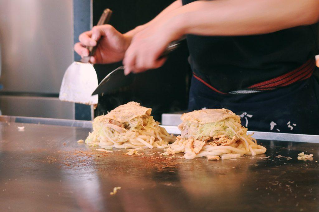El proceso de elaboración de los okonomiyakis en Koenji