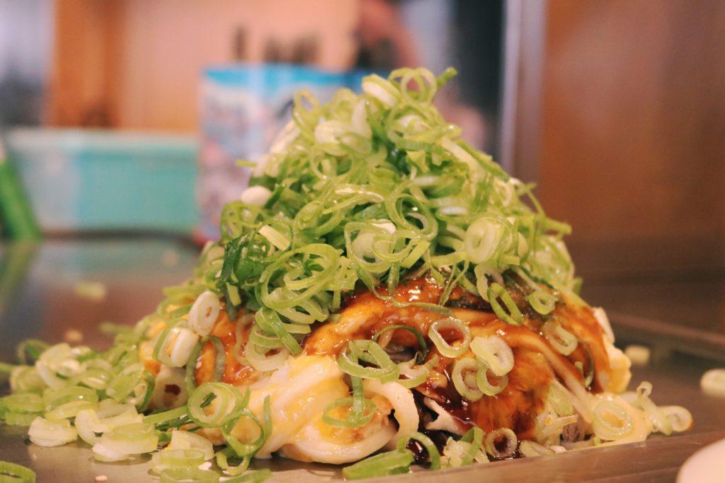 El okonomiyaki repleto de cebollino