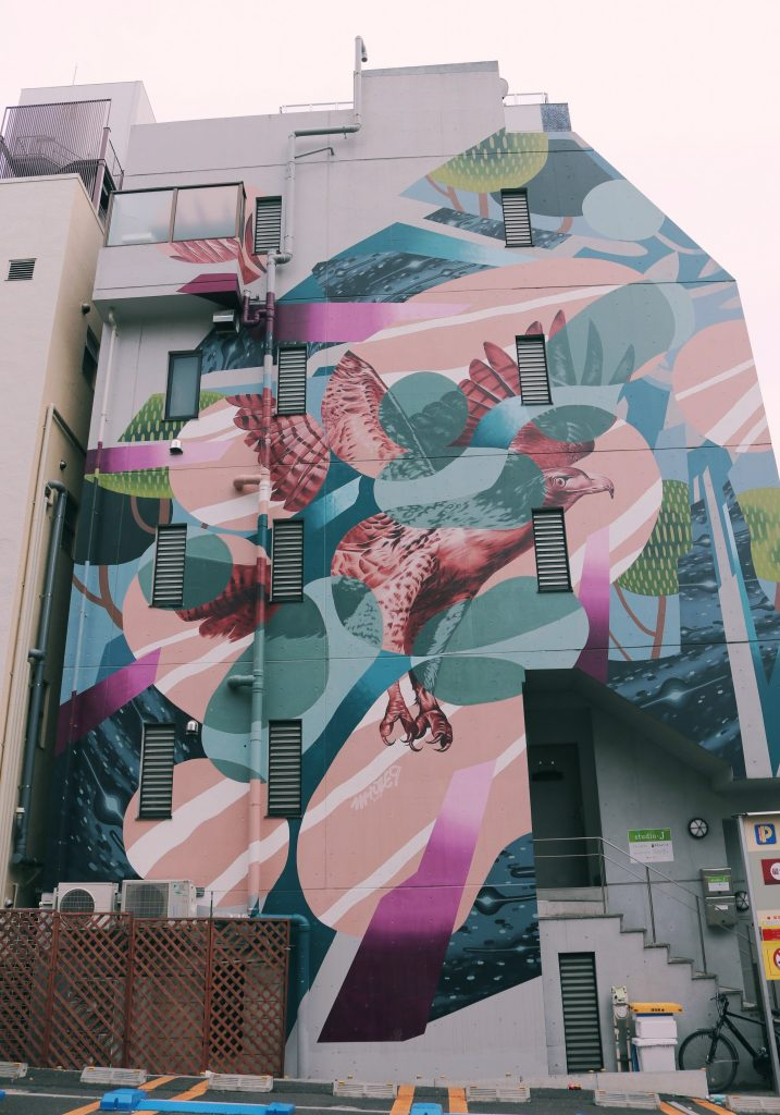 graffitis en las paredes de Koenji