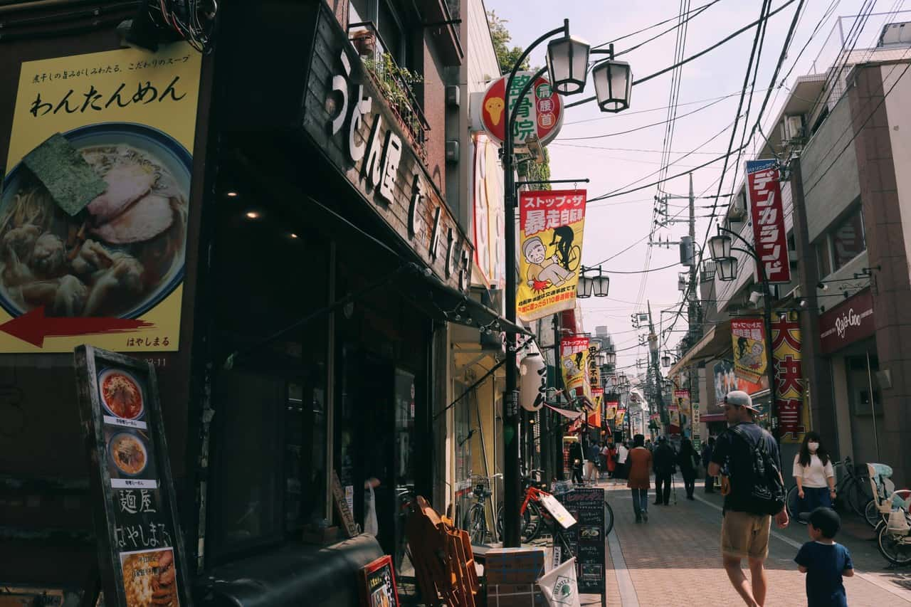 Una calle de Koenji llena de restaurantes, en Tokio