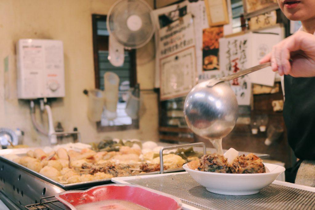 Sirviendo el oden en Akabane