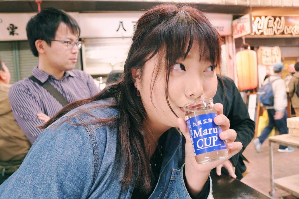 Mi amiga con su Sake de Oden