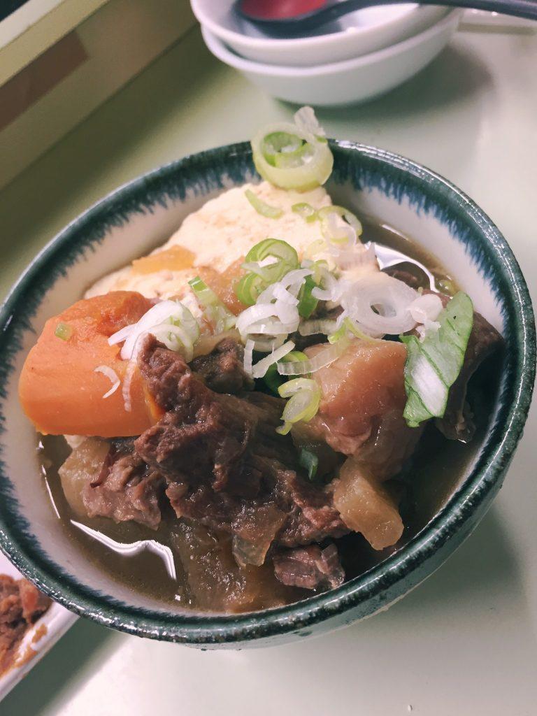 Comida en el izakaya de Akabane Marumasuya