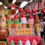 Probando snacks en el barrio de Asakusa en Tokio