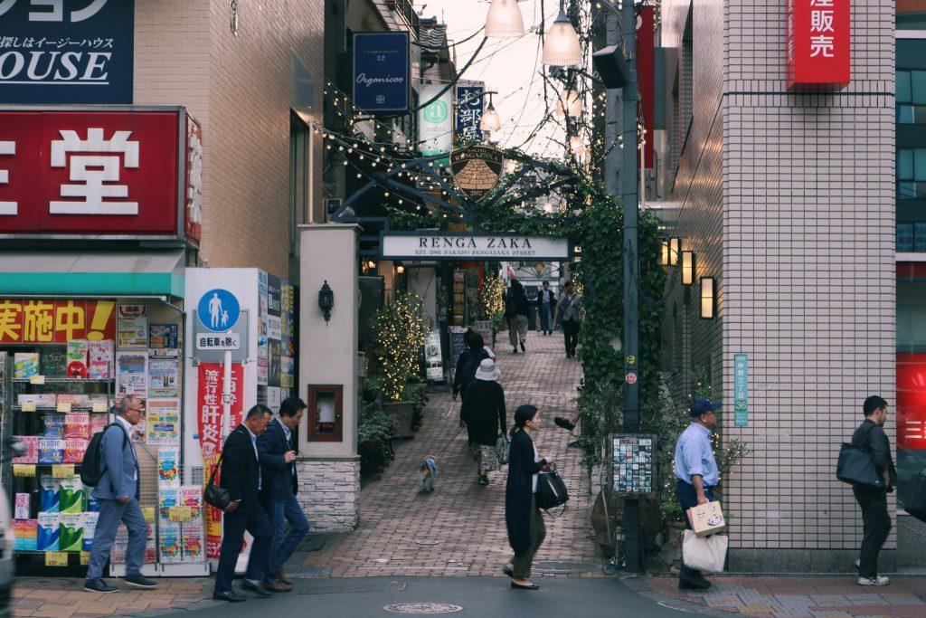 La calle regenzaka se destaca entre las calles de la zona
