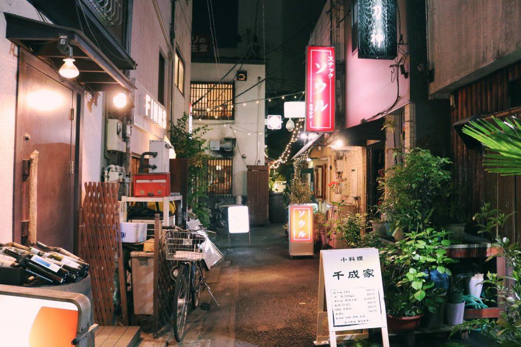 El encanto de la calle de restaurantes en Tokio