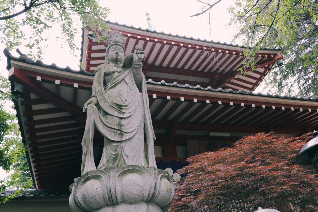 Una figura budista en templo Arai Yakushi