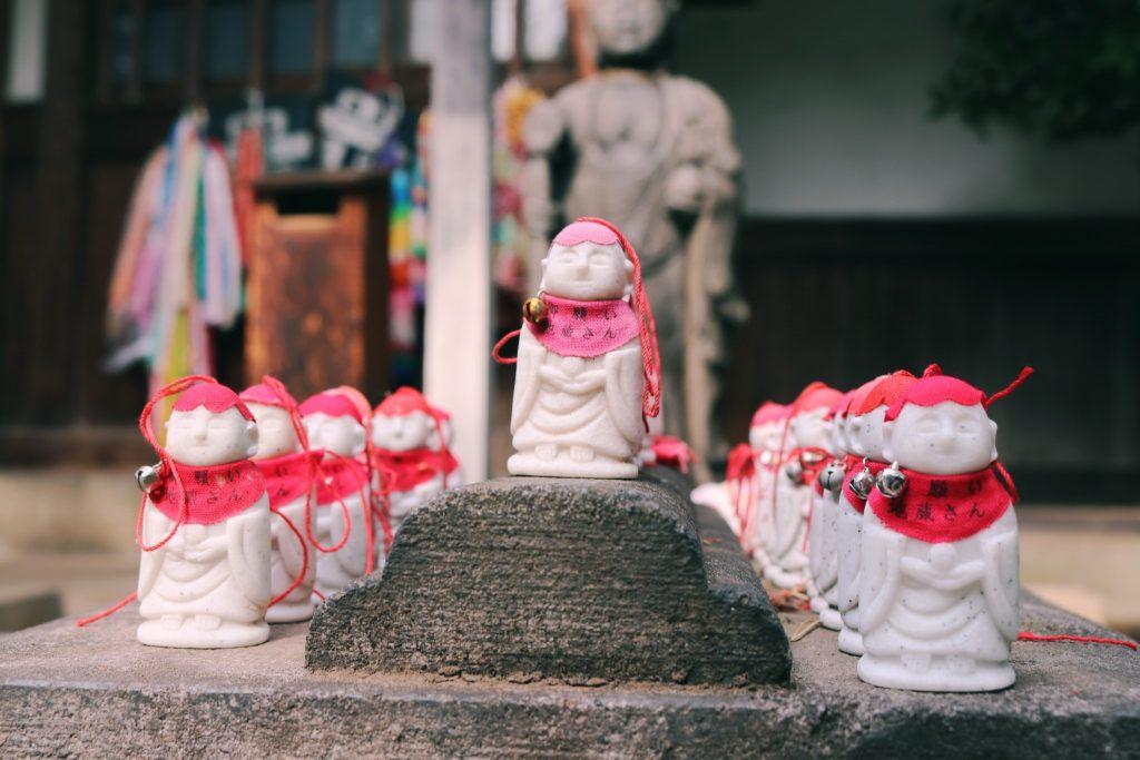 Figuritas pequeñas en el templo Arai Yakushi