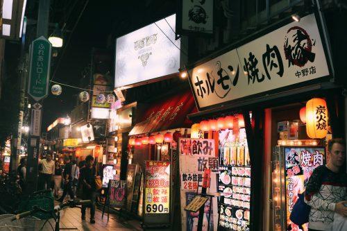 Calles rellenas de luces de neón en Nakano, Tokio, Japón