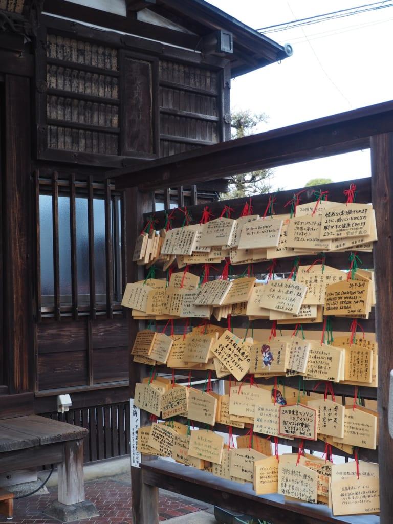 Tablillas ema en un templo en Yanaka