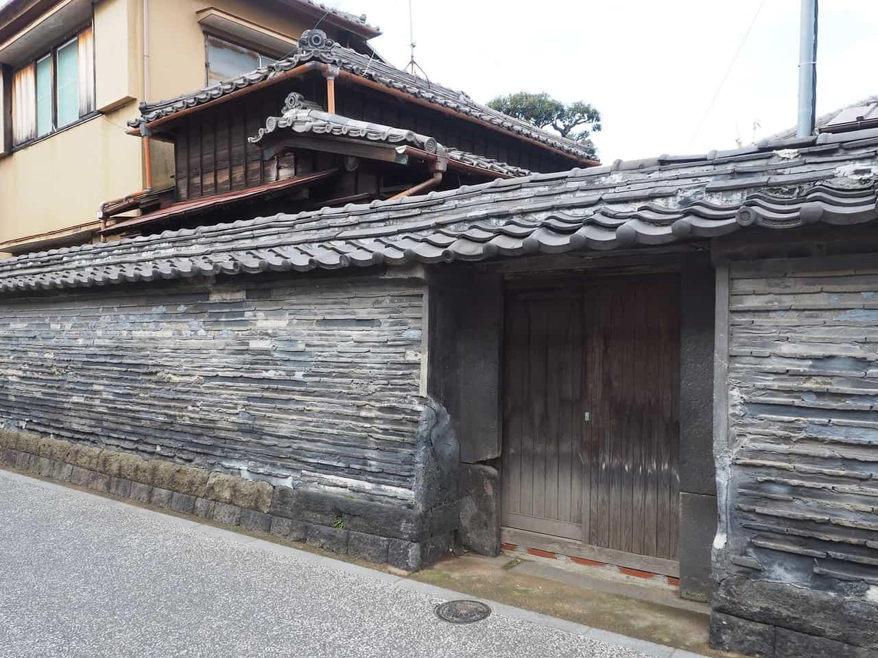 Un detalle de la antigua pared en Yanaka