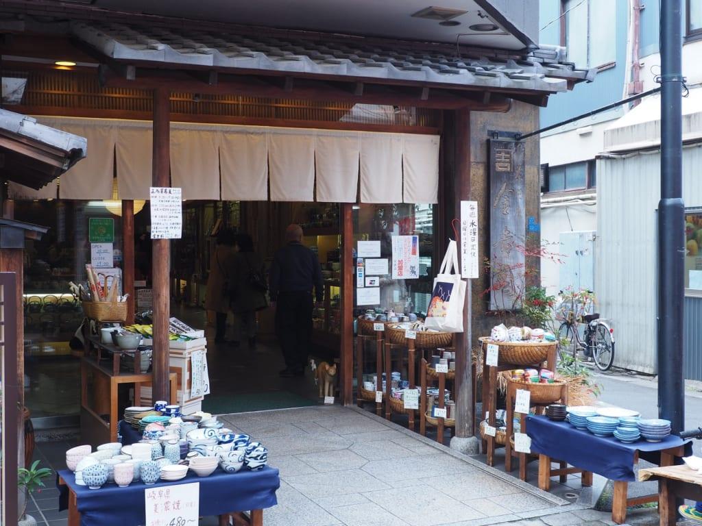 La parte exterior de una tienda de utensilios de cocina en Yanaka, Nippori, Tokio, Japón