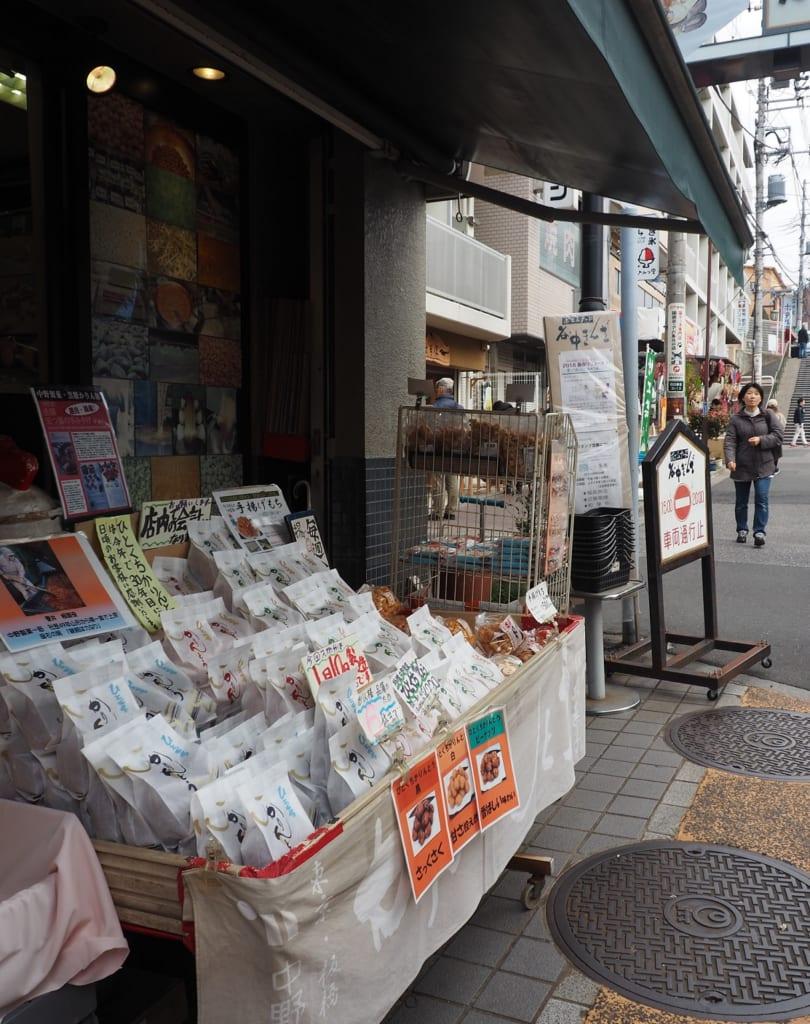 Una gran variedad de dulces en Yanaka, Nippori, Tokio, Japón