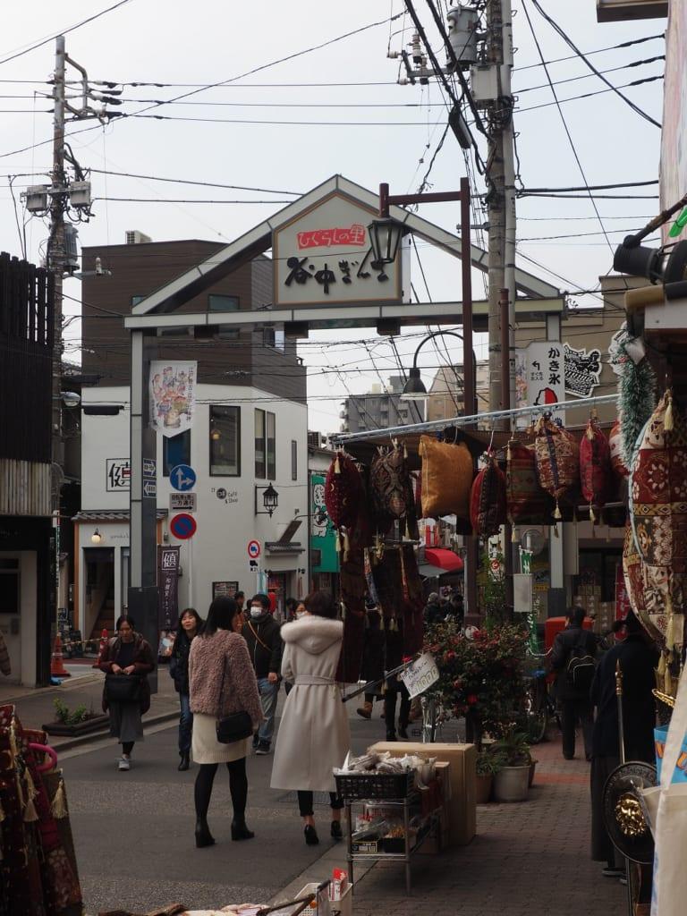 La entrada de la calle comercial Yanaka Ginza Yanesen, Tokio, Japón