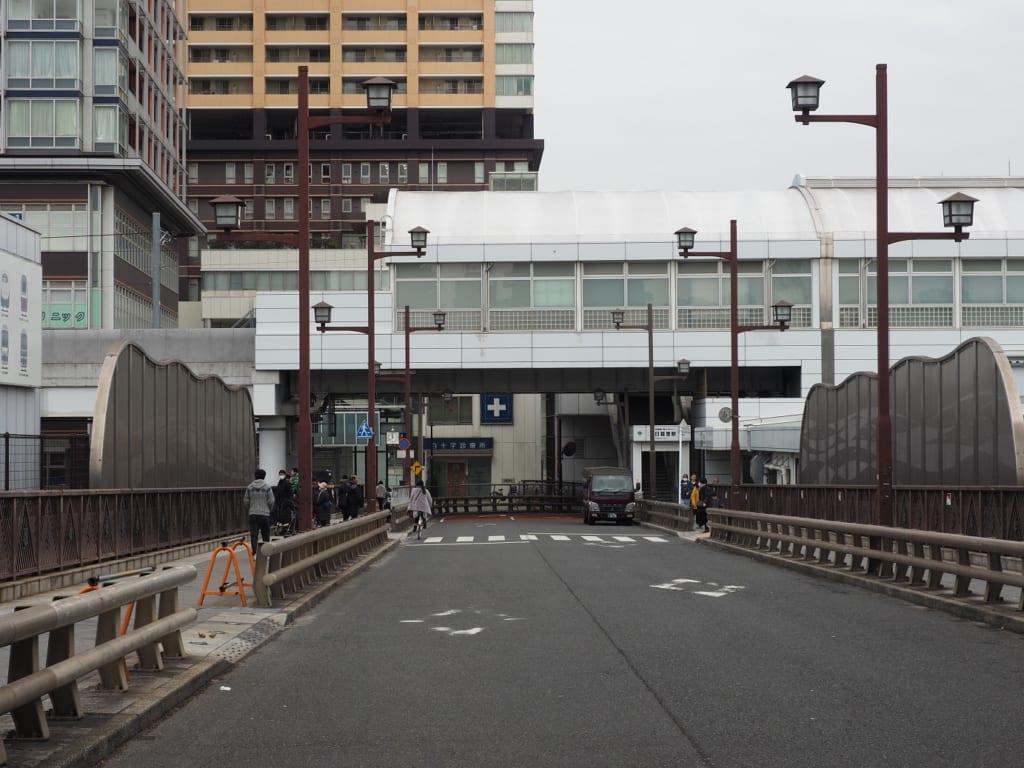El puente que cruza las vías de Nippori, Tokio, Japón
