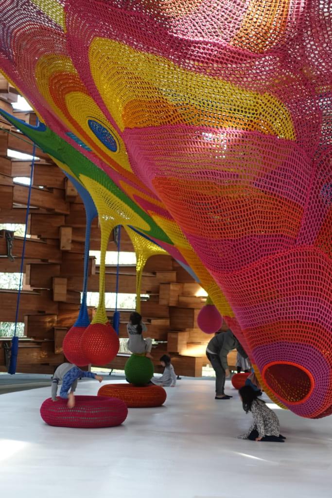 Niños jugando en el Open Air Museum, Hakone, Kanagawa, Japón