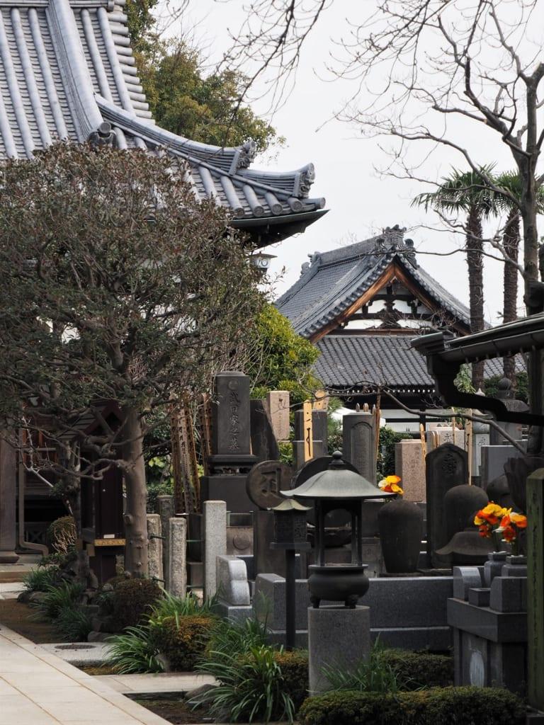 Un templo de la zona de Yanesen, Tokio, Japón