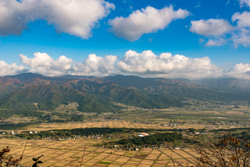 Vistas en la cima en el sendero de Shin-etsu, Nagano, Japón
