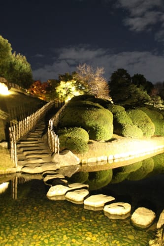 Iluminación nocturna en Korakuen, Okayama, Isla de Honshu, Japón