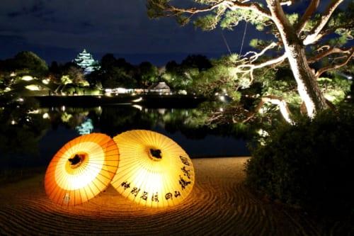 Paraguas iluminados en Korakuen, Okayama, Isla de Honshu, Japón