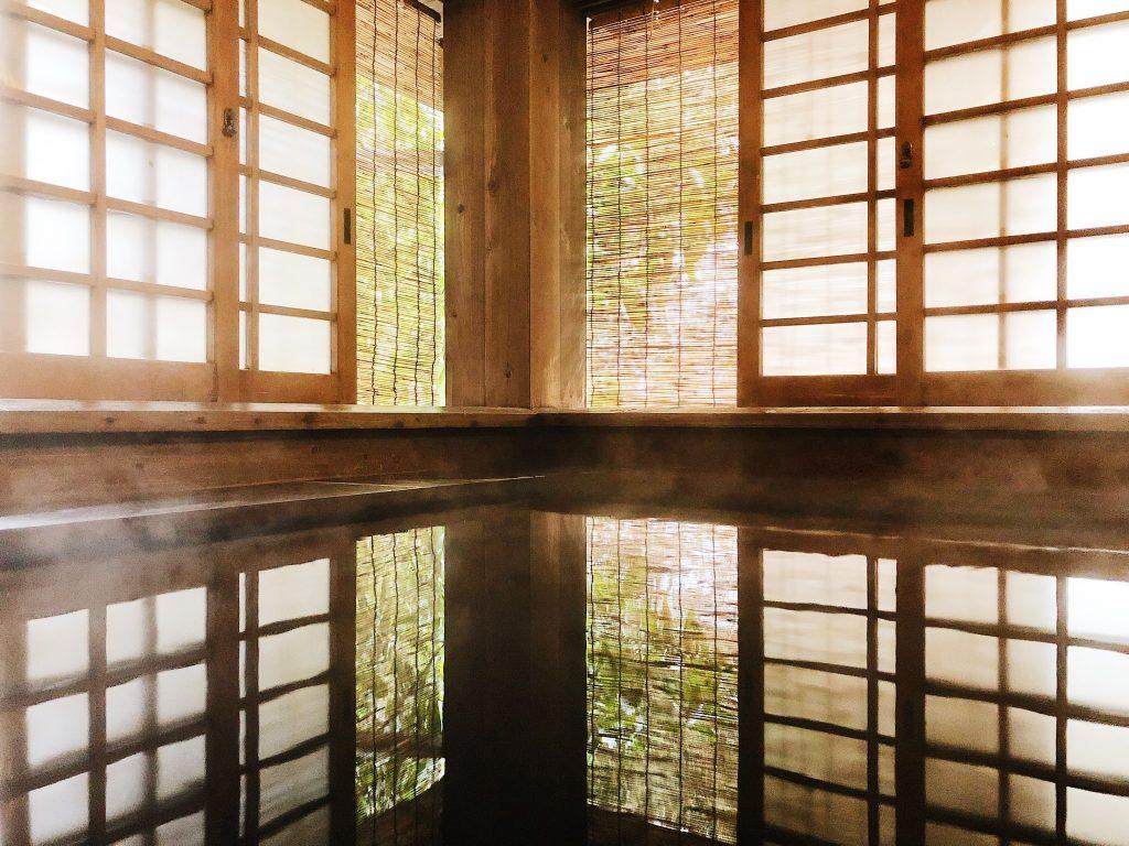 El onsen privado en el ryokan en el Kurokawa Onsen en Kumamoto, Kyushu, Japón