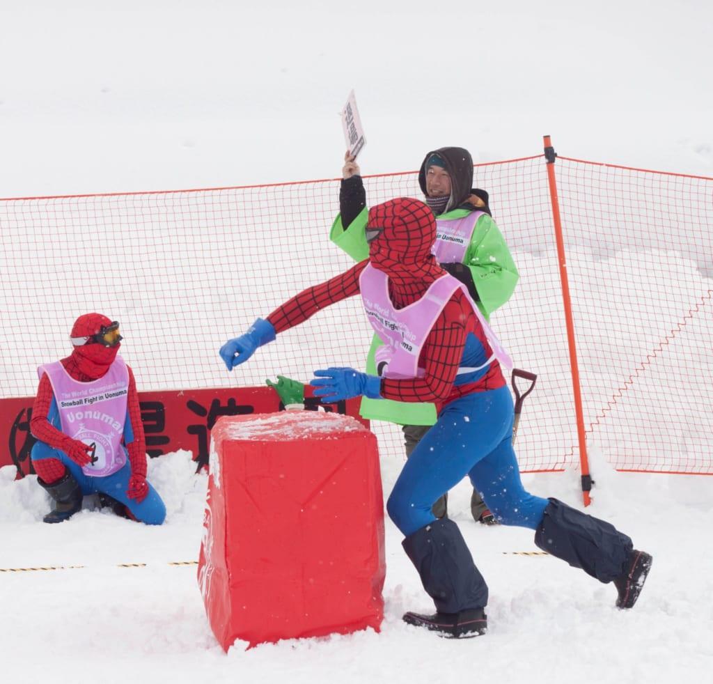 Estrafalarios disfraces en la pelea internacional de bolas de nieve de Koide en Niigata, Japón