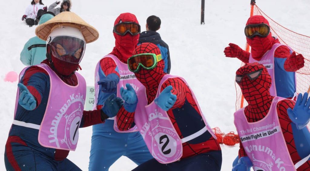 Estrafalarios vestidos en la La pelea internacional de bolas de nieve de Koide en Niigata, Japón