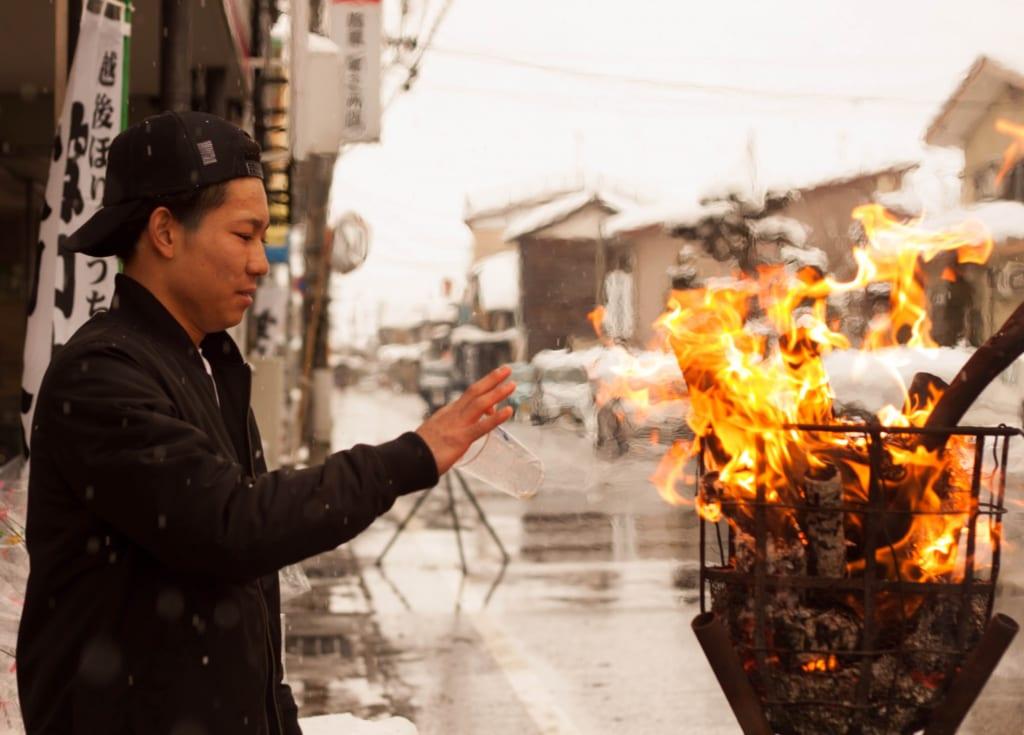 El frío extremo en el Secchu Hanamizuiwai Festival, Uonuma, Japón