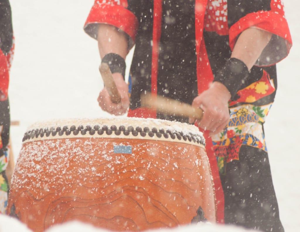Actuaciones de taiko en el Secchu Hanamizuiwai Festival, Uonuma, Japón