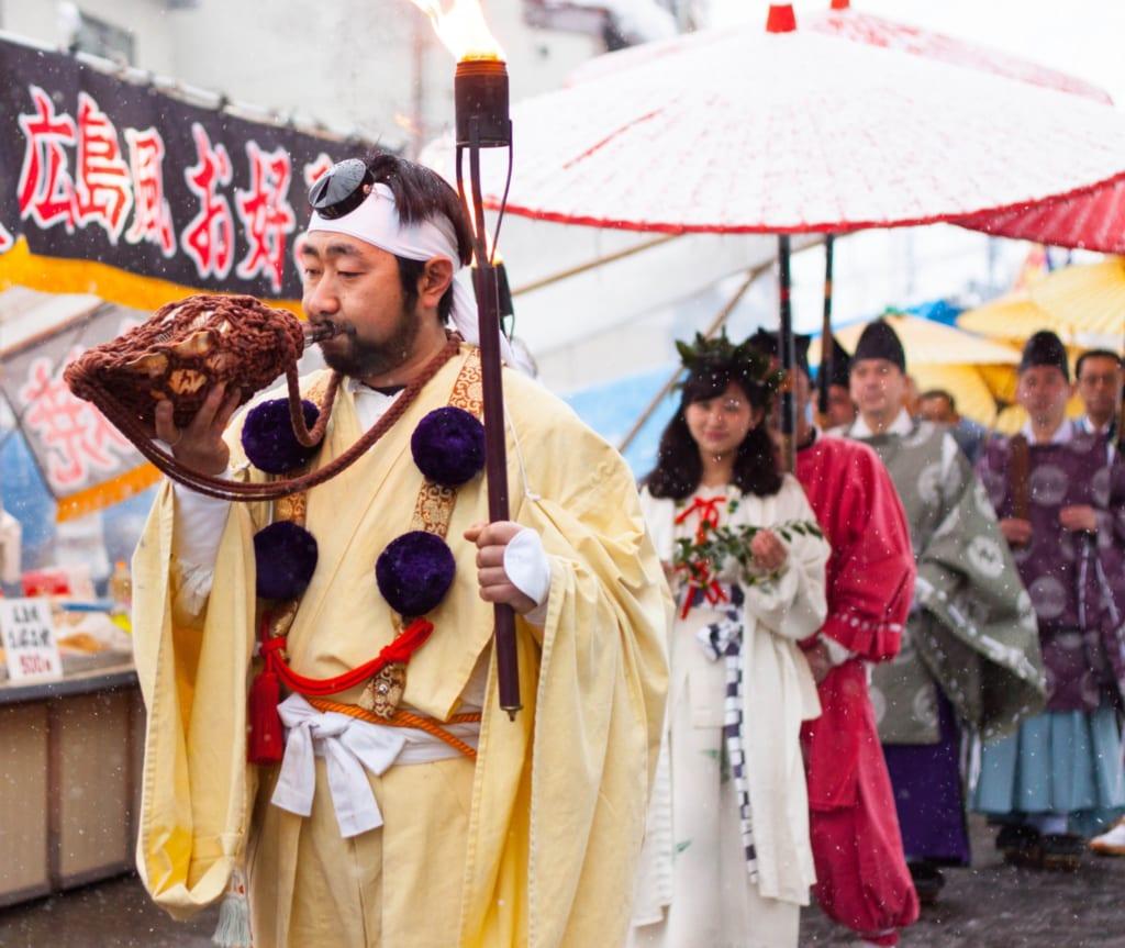 El desfile en el Secchu Hanamizuiwai Festival, Uonuma, Japón