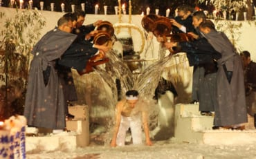 Ducha de agua en el desfile en el Secchu Hanamizuiwai Festival, Uonuma, Japón