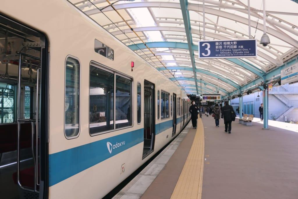 Odakyu Line en la estación de Katarse-Enoshima, Kanagawa, Japón