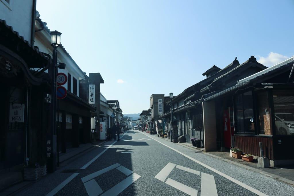Una calle central de Mameda Town, Hita, Oita, Japón