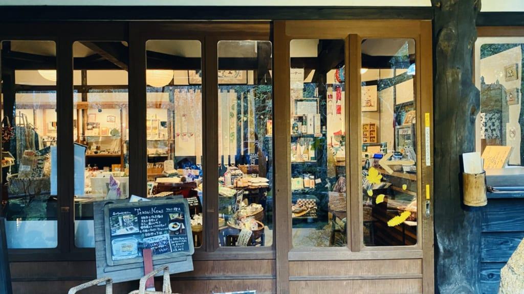 tienda de souvenirs del onsen con aguas termales