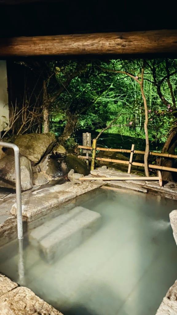 rotenburo del onsen con aguas termales Tensui