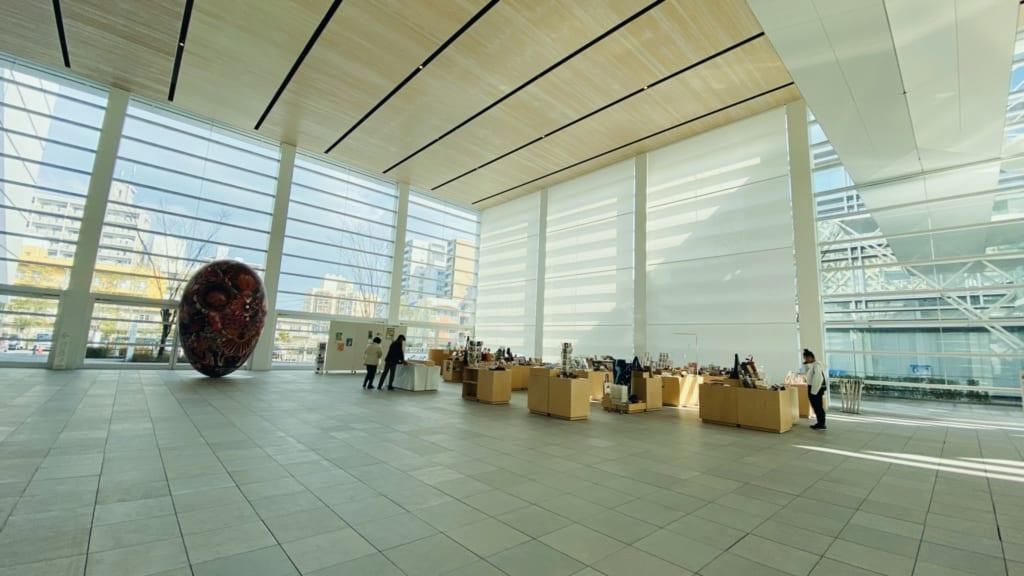 Pinturas en el museo moderno