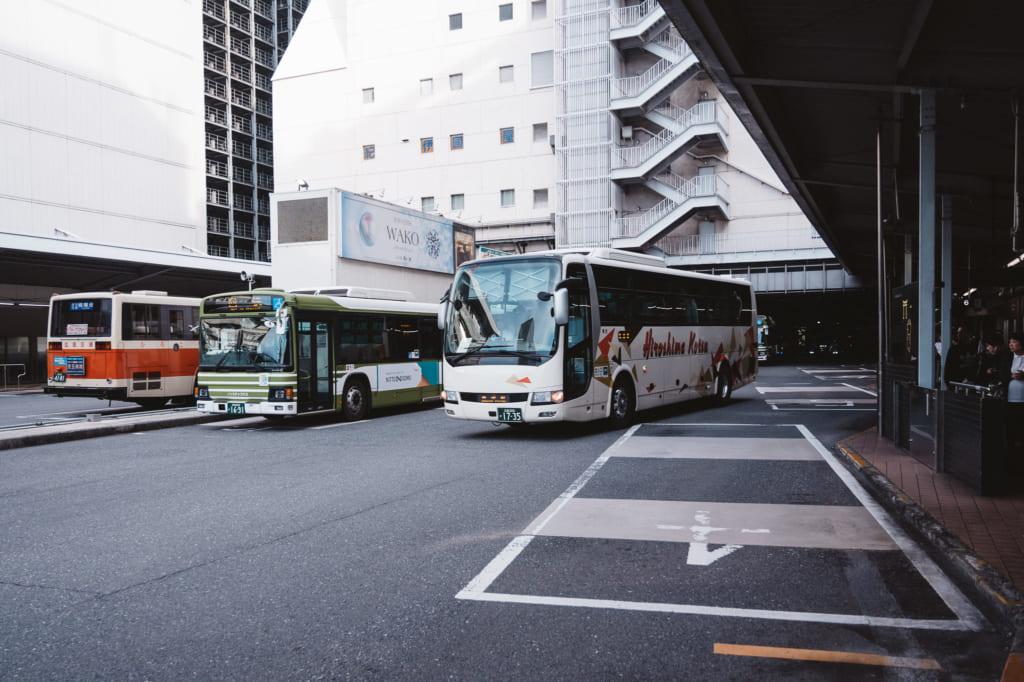 El lugar de las salidas y llegadas de los autobuses de la estación de autobuses de Hiroshima