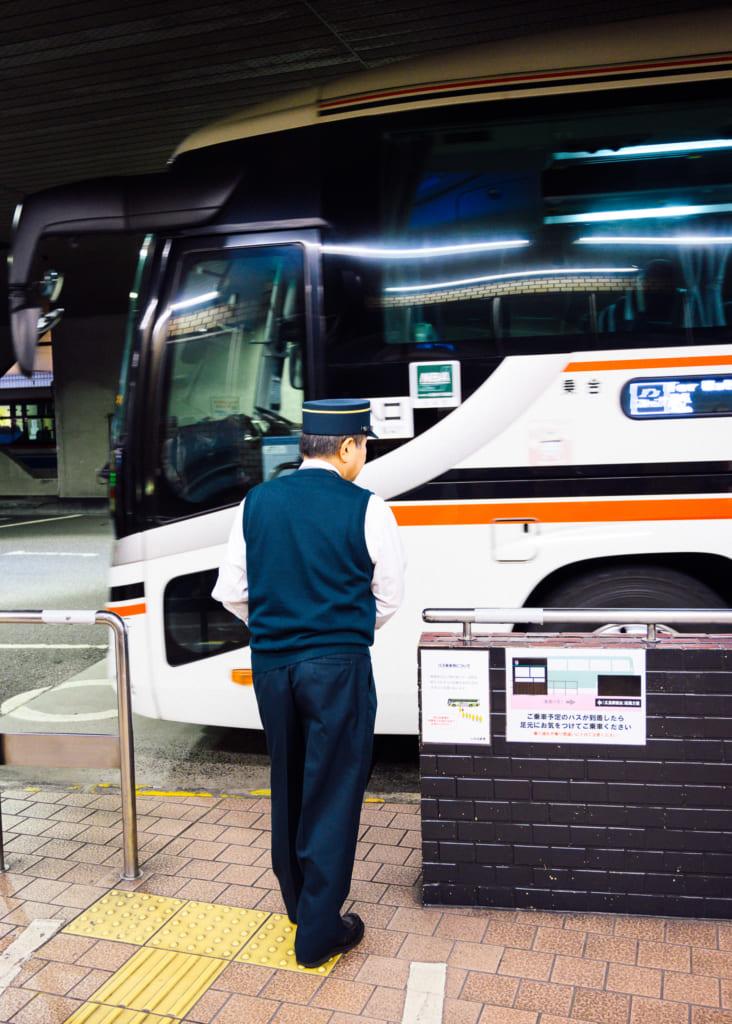 subiendo a uno de los autobuses de la estación de Hiroshima