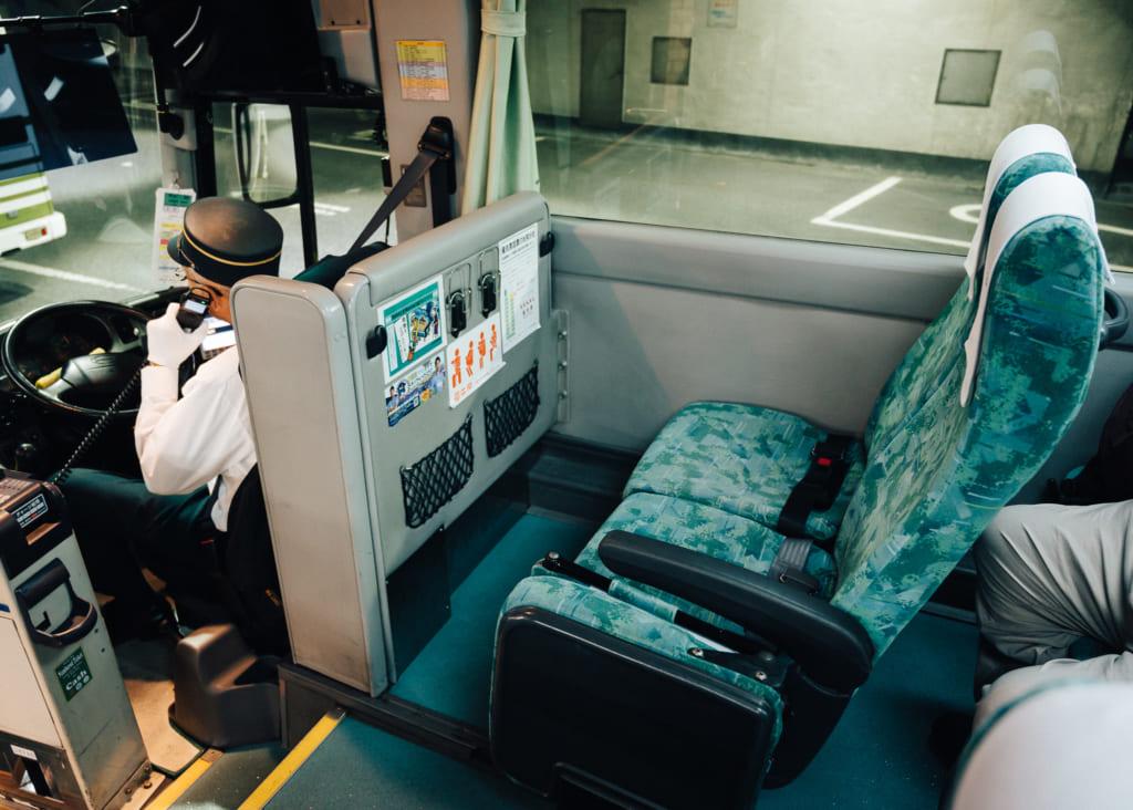 espacio en los asientos de los autobuses