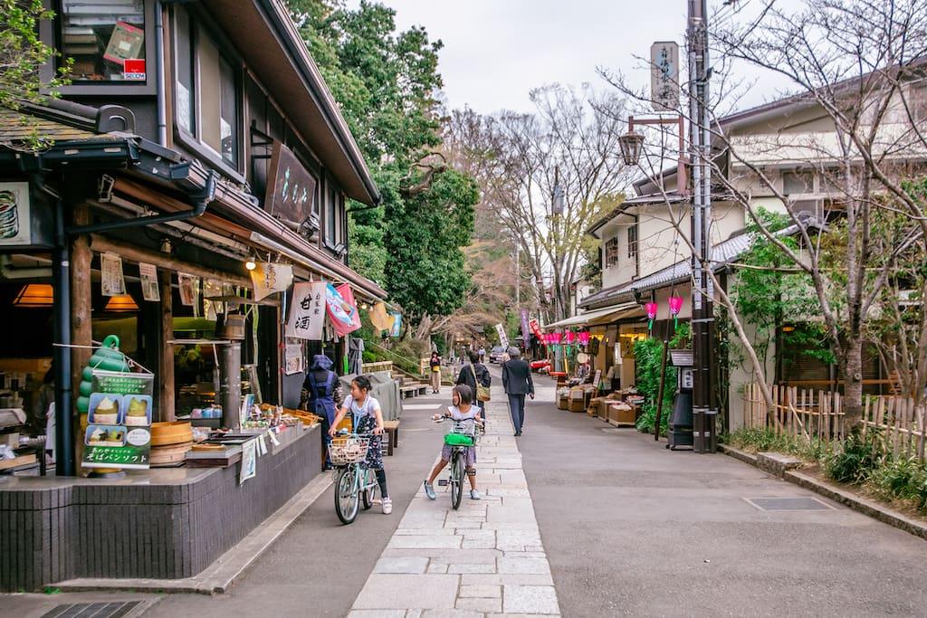 Calle con puestos tradicionales de Jindaiji
